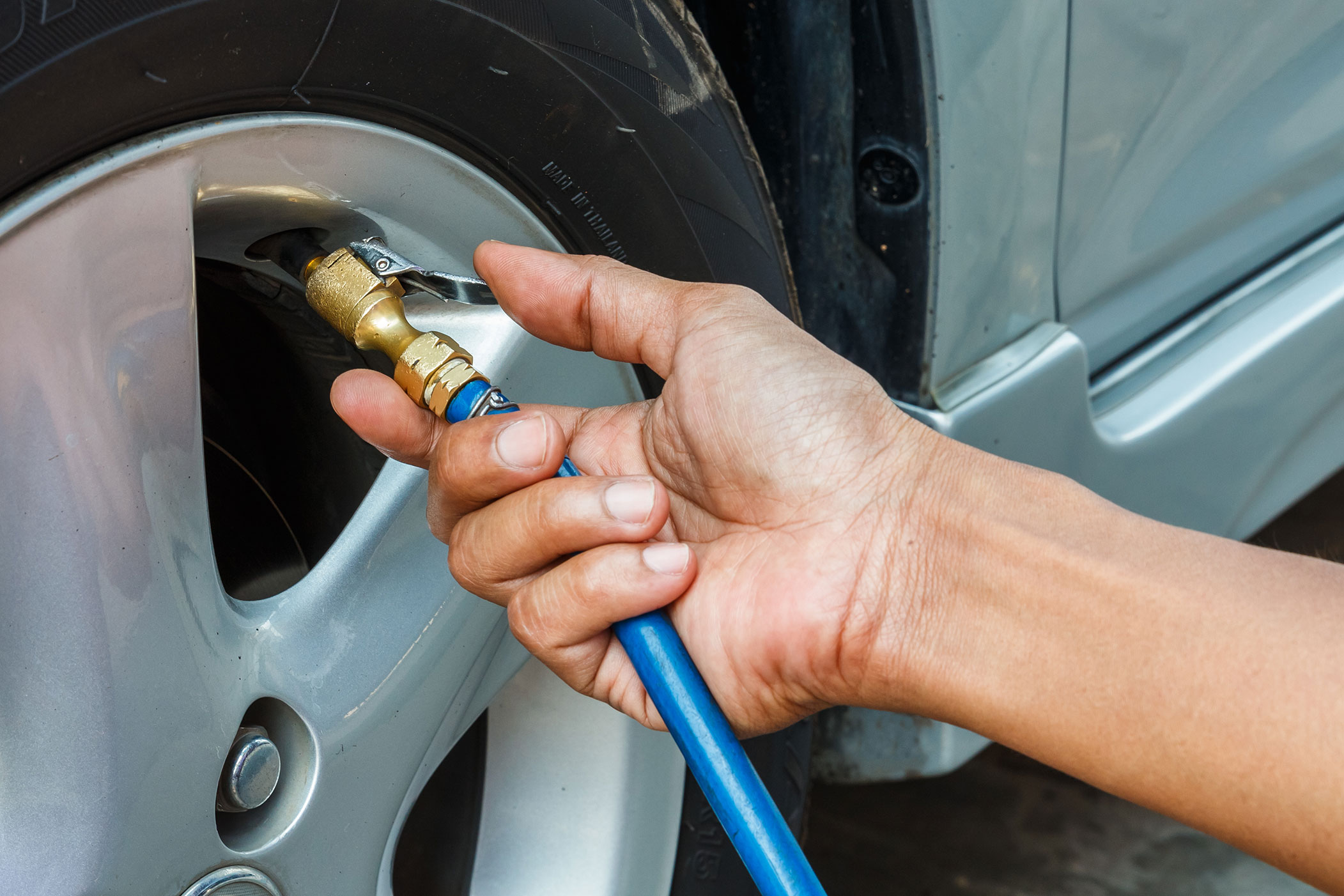 Inflating tyre with nitrogen